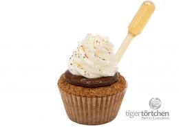Schoko-Nuss Cupcake & sahnigem Creme Topping mit Rum Infusion
